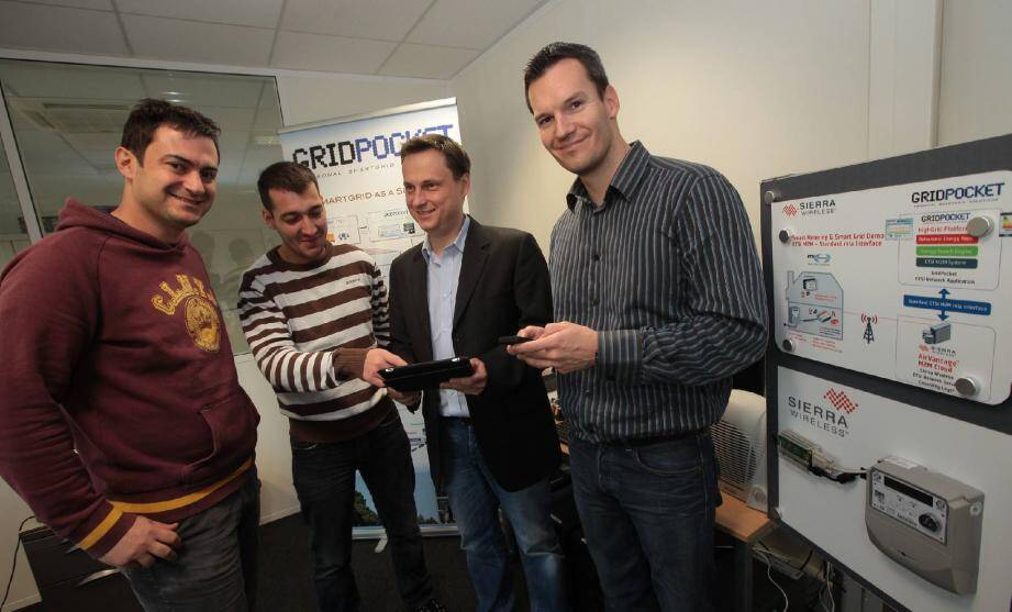 Le fondateur Filip Gluszack (avec la tablette) entouré d'une partie de ses ingénieurs. La société compte actuellement huit salariés et espère embaucher encore une dizaine de personnes prochainement.