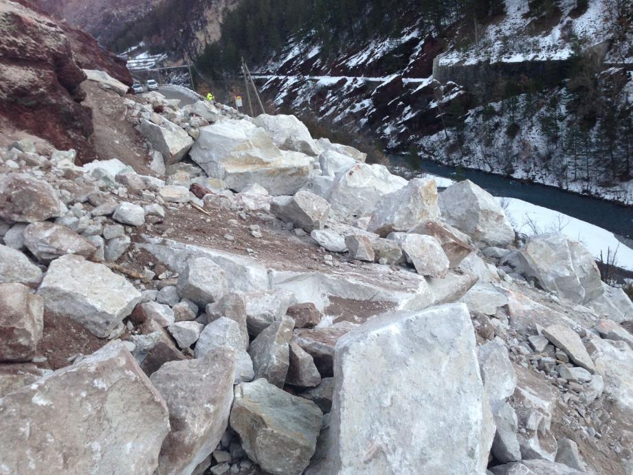 Dans quel état est la route ensevelie sous quelque 2 500 m3 de roches ? À droite, l'un des passages obstrué du chemin de Tire-Boeuf qui rejoint le pont de la Mariée.