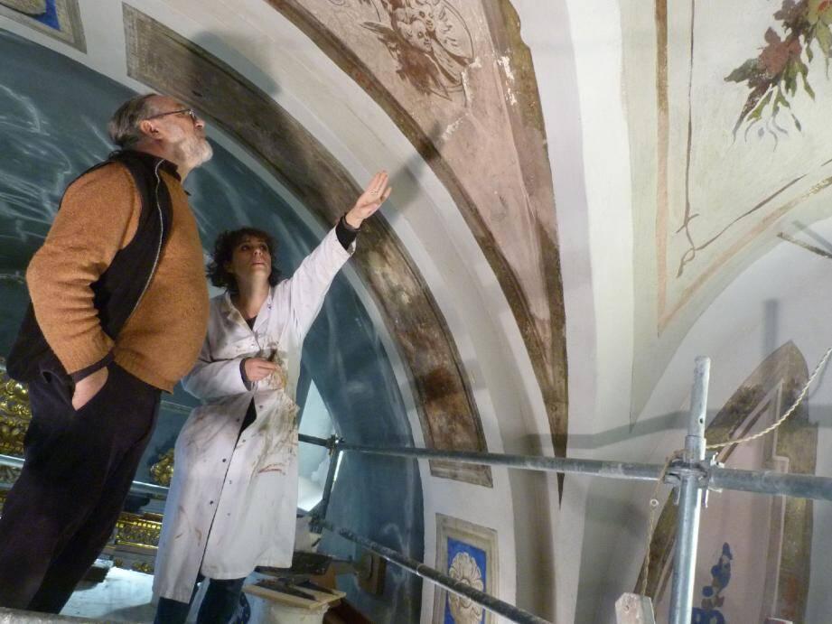 Au dernier étage de l'échafaudage, Serge Megtert et Mihaela Articuci, qui a restauré les tableaux et le retable, inspectent les décors de la nef.