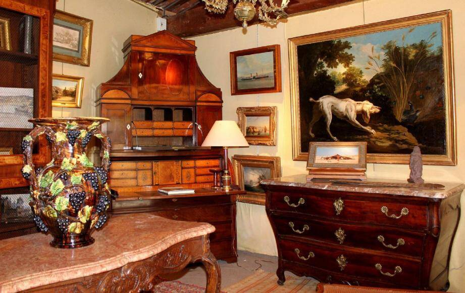 Le salon des antiquaires est l'occasion de flâner pour flirter avec le temps, les styles, les époques selon ses goûts et au gré des humeurs.