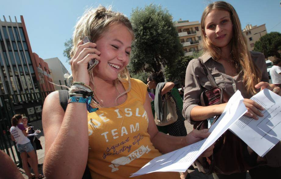 Une lycéenne antiboise à la sortie de l'épreuve de philo du baccalauréat