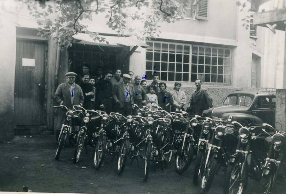 La fabrique Bottin était installée rue Bérenger en plein centre-ville de Cagnes. la photo a été prise dans les années soixante, lors de l'arrivée du Solex.