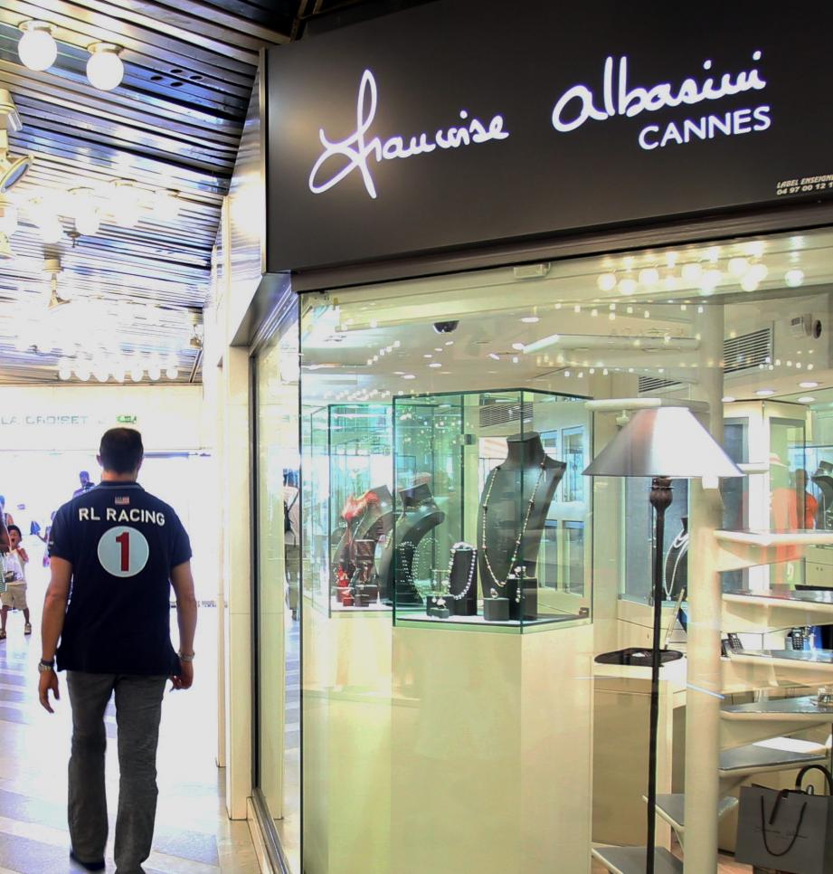 Située à l'intérieur de la galerie commerciale du Gray d'Albion, la bijouterie donne côté Croisette. C'est quelques minutes après l'ouverture que le malfaiteur a agi.