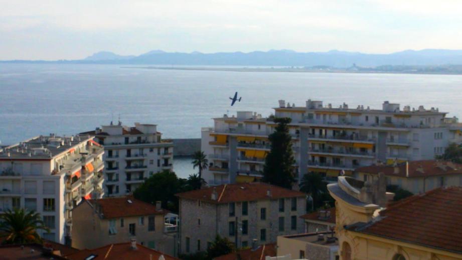 Le Mustang P51 a survolé le bord de mer de Nice à l'occasion du 69e anniversaire de la Libération de la ville.