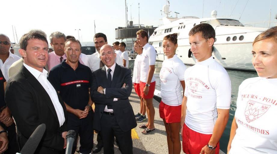 Le ministre de l'Intérieur, Manuel Valls, sur le port Vauban à Antibes avec le président du conseil général des Alpes-Maritimes Eric Ciotti.