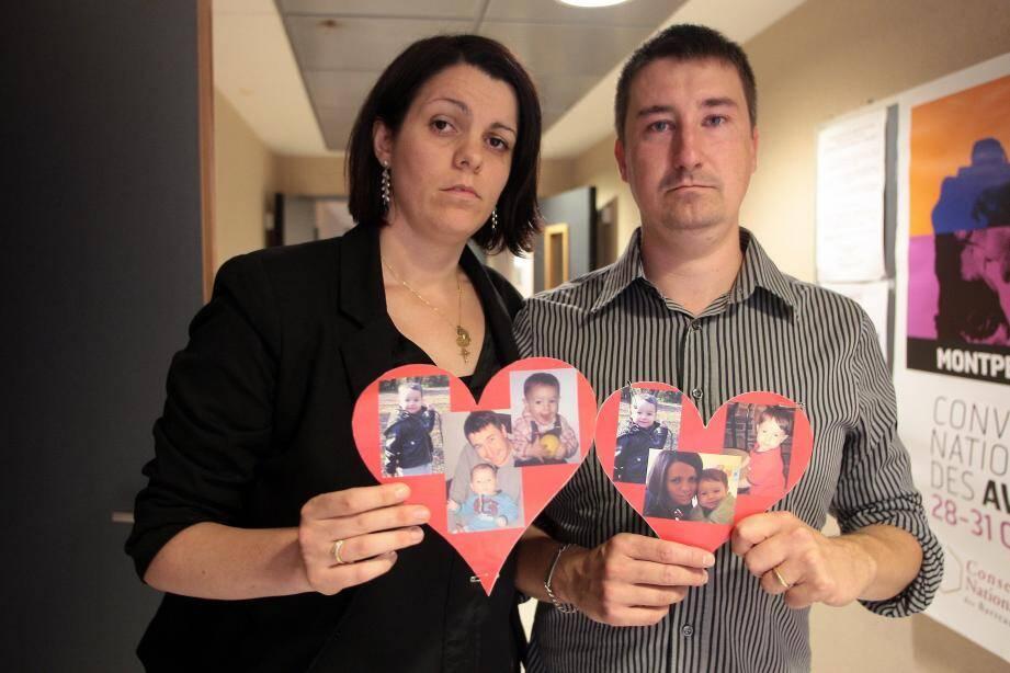C'est avec des cœurs portant des photos de leur petit Emiliano qu'Estelle et Damien Cesbron sont arrivés hier après-midi au tribunal de Nice.