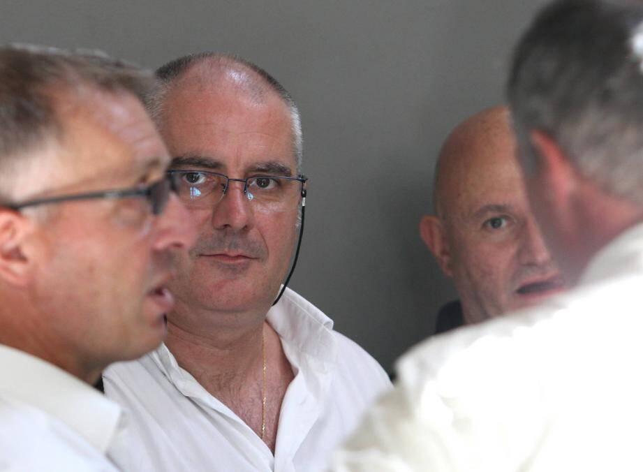 Pour le capitaine Franck Perret, au centre de la photo, le braquage du joaillier Ferret à Cap 3000 aurait pu se terminer tragiquement.