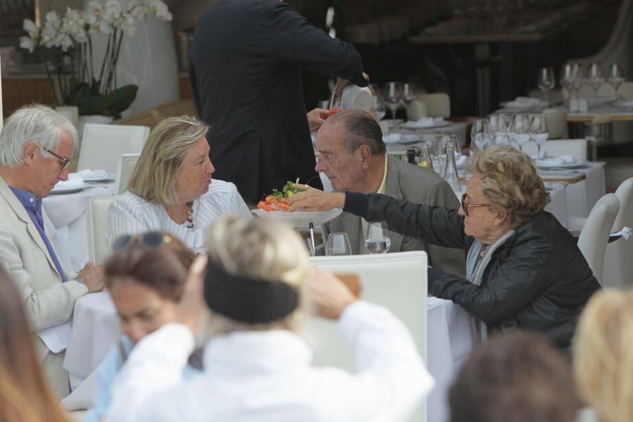 L'ancien président, attablé à la terrasse de Sénéquier avec son épouse Bernadette et le couple Pinault.