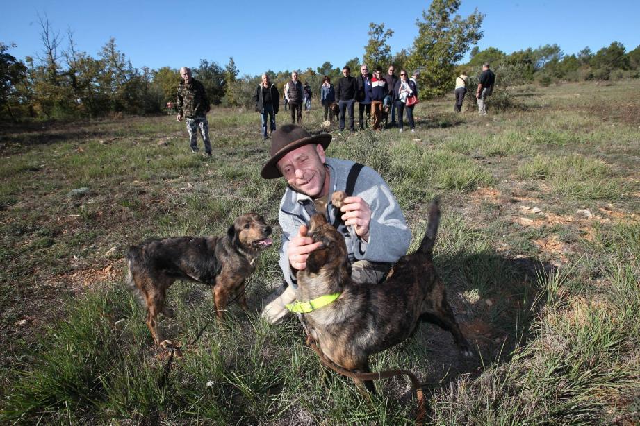 Sous les yeux des spectateurs, dont l'appétit croît au fil de la démonstration, Grégory félicite ses chiens pour leurs précieuses découvertes.