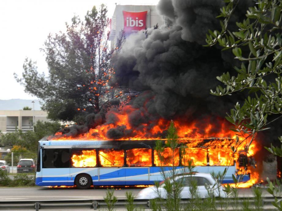 Un bus du réseau Mistral a pris feu mardi matin devant l'hôtel Ibis à hauteur de La Valette
