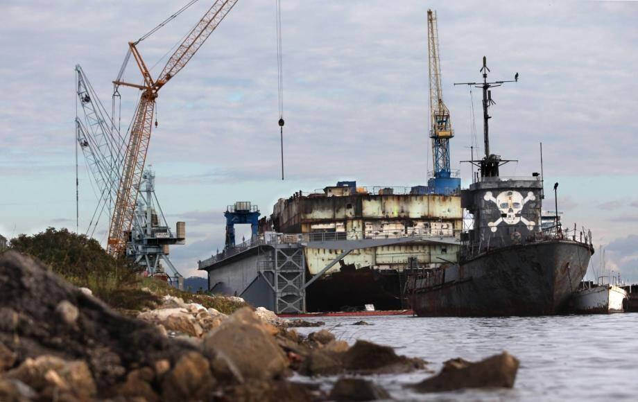 Les travaux ont commencé en juillet. La proue du bateau a déjà été déconstruite. C'est la partie du bâtiment où il y avait le plus d'amiante.