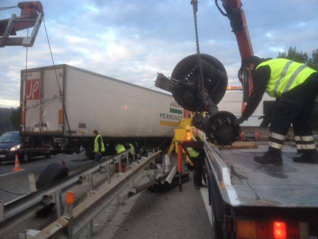 Le camion s'est renversé sur le terre-plein central de l'A8, neutralisant la voie de gauche