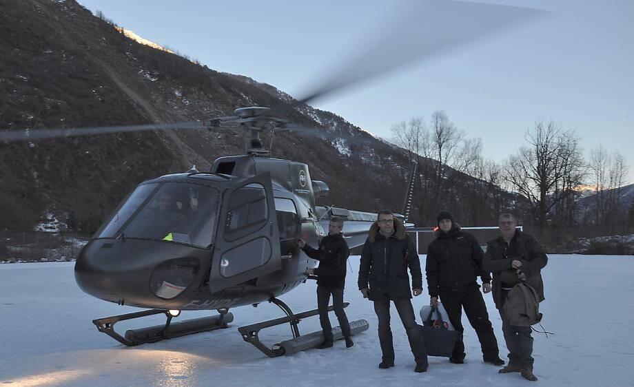 C'est en hélicoptère qu'une quinzaine de personnes a pu quitter Saint-Dalmas-le-Selvage, coupée du monde par un éboulement hier matin.