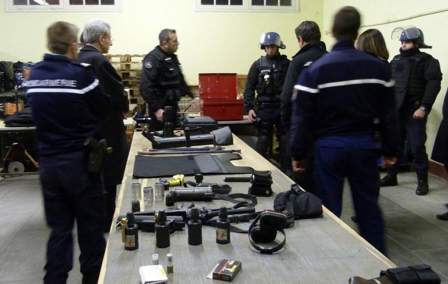 Le peloton de surveillance et d'intervention de la gendarmerie, mardi soir, peu avant son déploiement sur Carros, présente son matériel aux autorités.