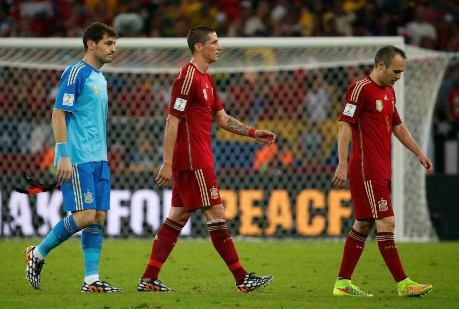 Iker Casillas, Fernando Torres et Andres Iniesta quittent le stade Maracana de Rio. L'Espagne est éliminée de la Coupe du Monde 2014.