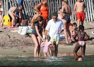 C'est en compagnie de leur fille Giulia, qui fêtera ses trois ans en octobre, que Nicolas Sarkozy et Carla Bruni ont foulé le sable de la plage publique de Cavalière.