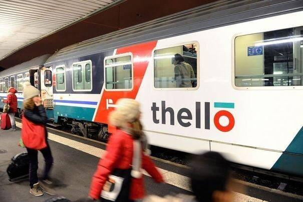 Des passagers montent à bord du Thello pour la première liaison de la compagnie privée, reliant Paris à Venise, le 11 décembre 2011.