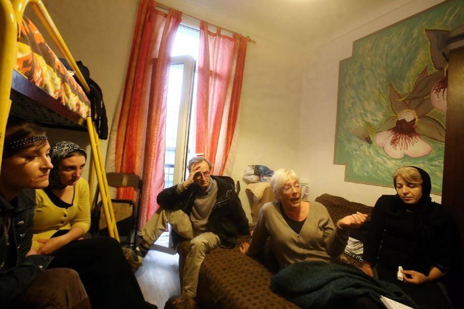 Zariat Gadjieva (à droite), dans la minuscule chambre d'hôtel au lit superposé désormais vide, épaulée par ses proches, Hubert Jourdan (Habitat et Citoyenneté) et la directrice d'école de ses fils.