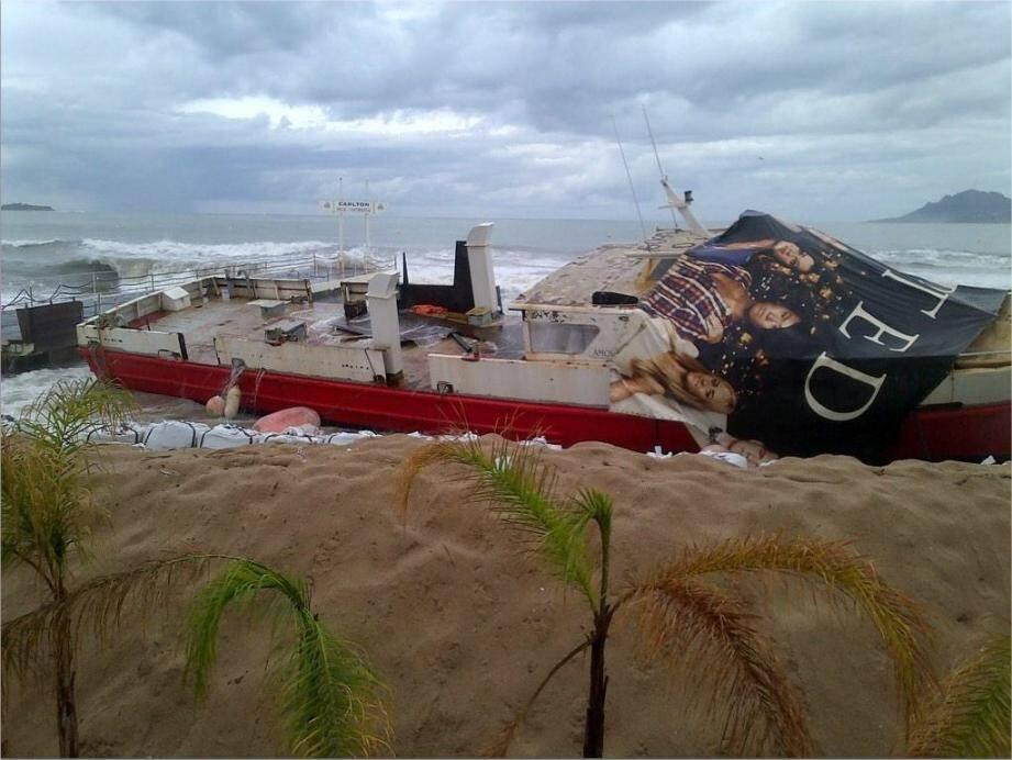 Un bateau échoué à Cannes