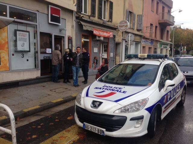 L'homme arrêté venait de braquer la petite agence de la Société Générale sur l'avenue Maréchal Lyautey. Il a même semé une liasse de billets derrière lui, ont raconté les témoins.