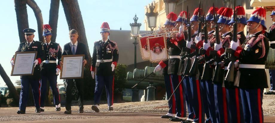 C'est l'image officielle de l'arrivée du prince héréditaire Jacques et de la princesse Gabriella : la proclamation de leur naissance, affichée devant le Palais princier.