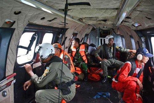 Des membres de l'aviation indonésienne survolent le 1er janvier 2015 en hélicoptère la mer de Java où s'est abimé l'avion d'AirAsia