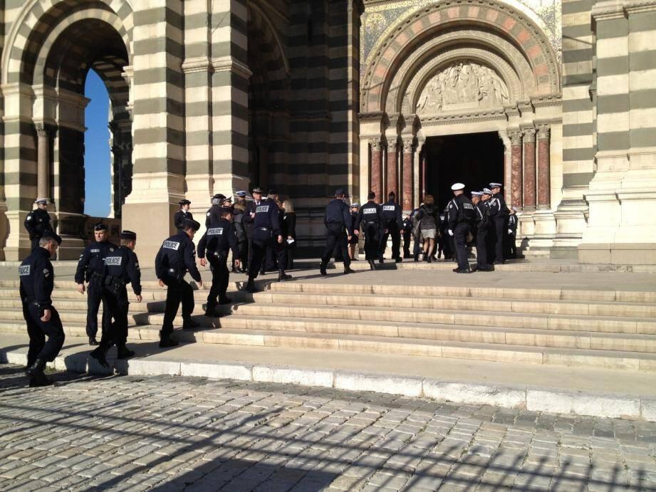 Les policiers sont nombreux à venir rendre hommage à l'un des leurs, l'un de leurs amis.