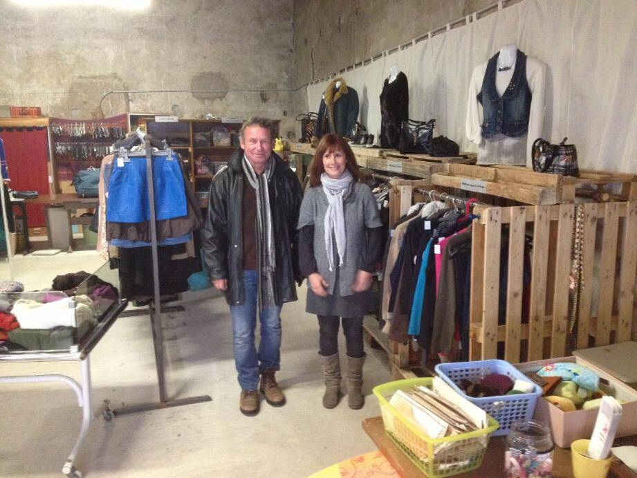 Dominique Plat (président) et Séverine, responsable du pôle textile (à gauche), Anne-Marie Borgeaix (directrice) et Vincent, responsable du pôle bric à brac, sont bien décidés à donner une nouvelle dimension à l'association brignolaise.