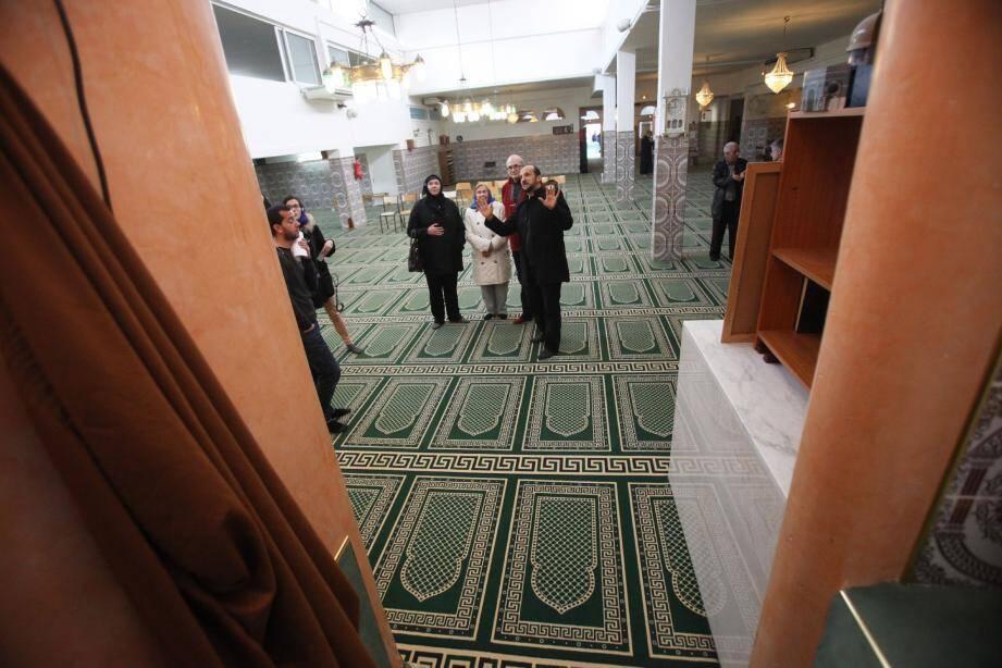 A la mosquée Rahma de l'Ariane, l'imam Otman Aissaoui (à droite) n'a pas cessé d'animer les visites. Ambiance similaire à Roquebillière avec (de gauche à droite) l'imam Azzedine, le secrétaire général Mohamed Fernane et Choukri Abed, représentant associatif.