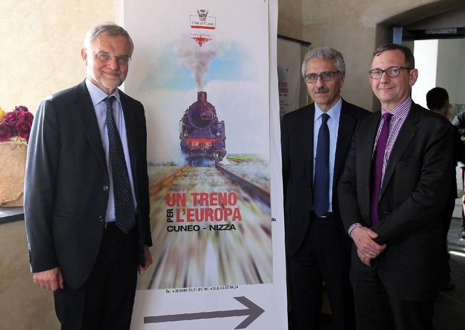 Francesco Balocco, le représentant de la région Piémont, avec Maurizio Gentile, l'administrateur délégué de Rete Ferroviaria italiana, et Alain Quinet, le directeur général de SNCF Réseau.