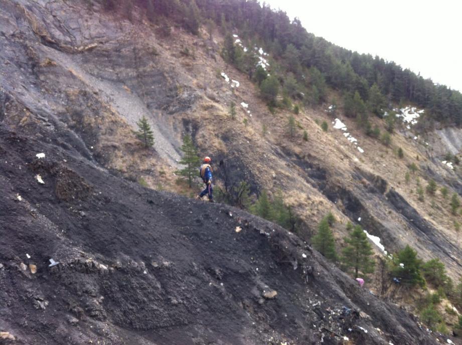 Avec leurs équipements de grimpe en montagne, les militaires du PGHM 06 ont ouvert les voies en éclaireurs.