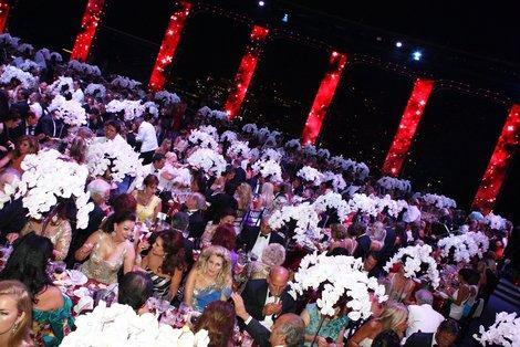 Le chanteur Sting ainsi que trois autres groupes (dont les noms restent secrets pour garder la surprise) qui animeront le gala dès les premières arrivées.