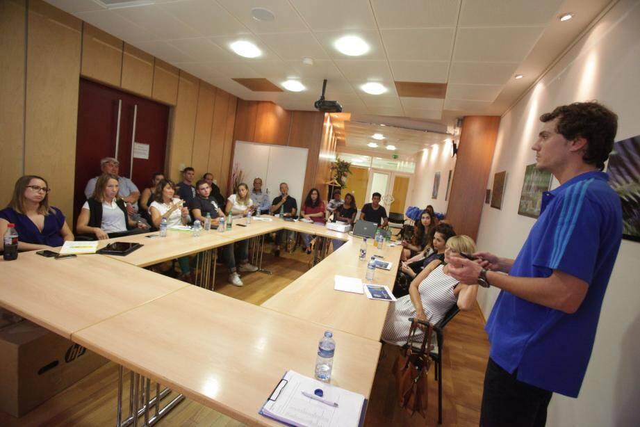 La quinzaine de bénévoles en lice pour l'organisation de l'Euro 2016 a reçu une formation par Benjamin Broux.