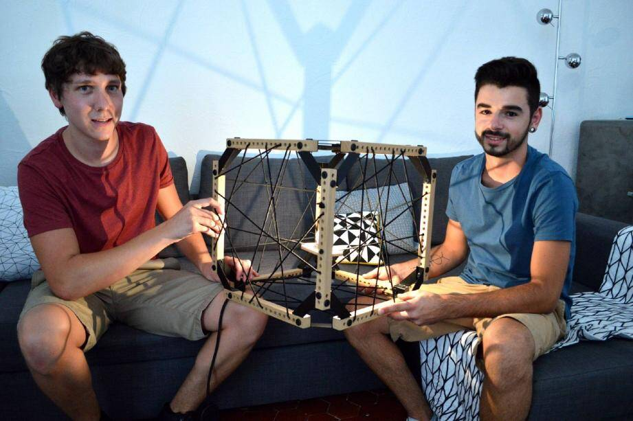 Après plusieurs prototypes de luminaires, Sylvain Gauthier et Guillaume Fouret lancent leur première création aboutie. Elle sera produite en cinq exemplaires seulement.
