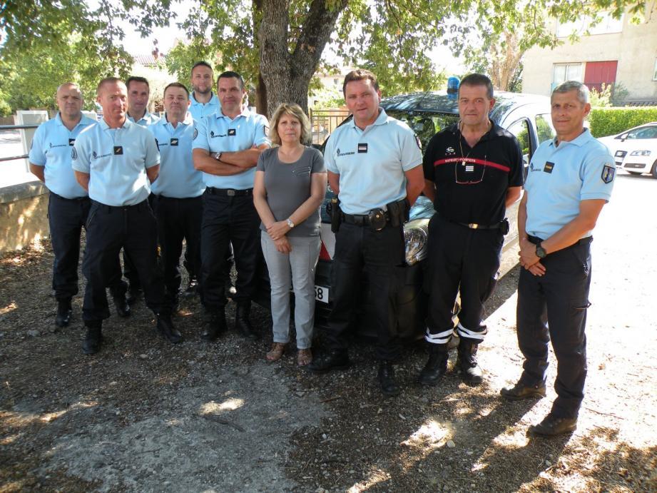 Denise Guigues, maire des Salles, le major de Gendarmerie Fréderic  Demaria et le capitaine des pompiers Bernard  Dutrey, entouré de la patrouille estivale de gendarmerie.
