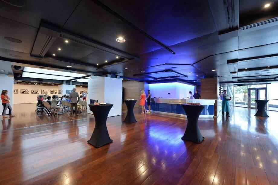 Ci-dessus : L'Indigo, un espace entièrement modulable de 800 m² avec vue sur la mer. Ci-dessous : Les photos de Thierry des Ouches dévoilant les métiers du Grimaldi Forum, à voir jusqu'à lundi.