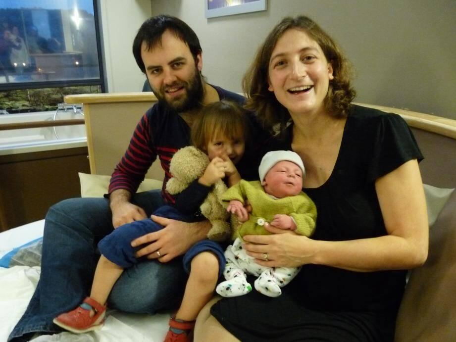 Louise, entourée de Marie, Margot, sa grande sœur, et Benoît, dans la salle « nature » qui l'a vue naître.