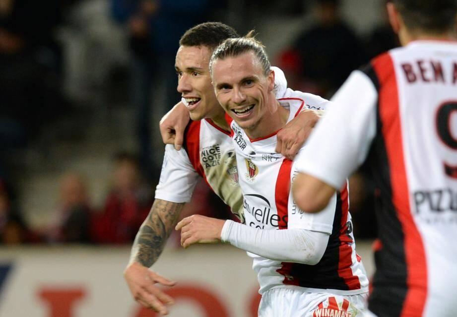 Tout heureux, Niklas Hult (ici, avec Wallyson)  a égalisé et inscrit son premier but de la saison.