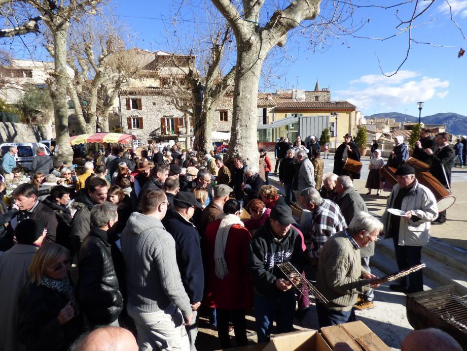 Au son du fifre et du tambourin de La Brissaudo, la foule s'est pressée hier sur le marché des produits du terroir pour déguster l'huile nouvelle sortie du moulin communal du Broc.