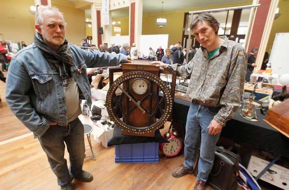 Claude et Célian Cigliutti proposent une pointeuse d'usine ancienne.