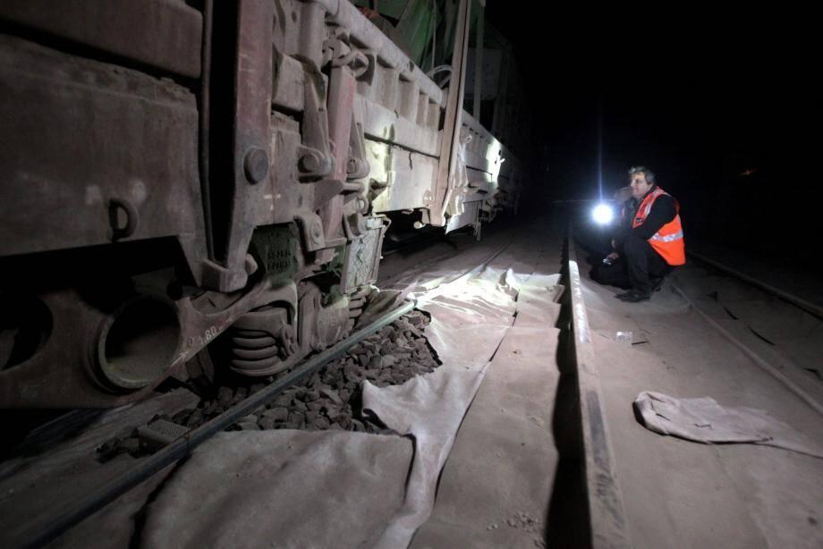 La SNCF repousse plusieurs fois l'heure de reprise du trafic, le centre de maintenance « trop éloigné » est mis en cause par certains usagers.