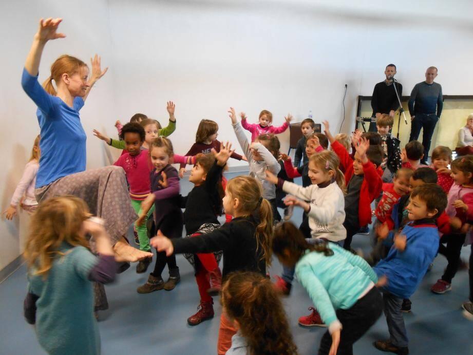 Les élèves de l'école maternelle Saint-Martin à Mougins se sont volontiers prêtés aux exercices de la danseuse.