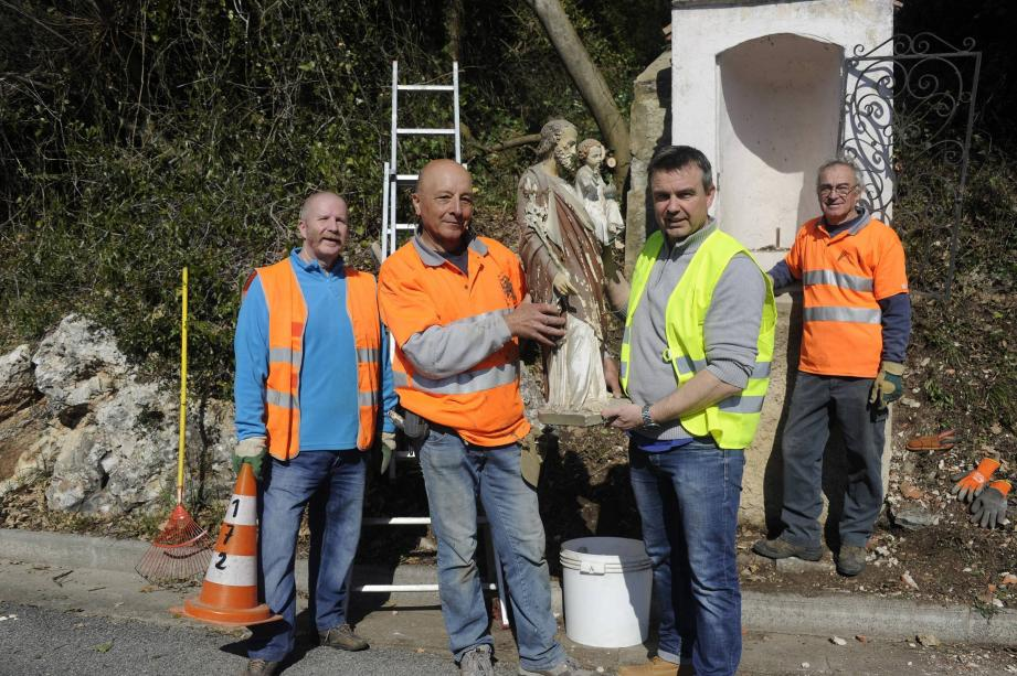 Quatre membres de l'association Connaissance et sauvegarde des oratoires se sont attelés, bénévolement, à ce chantier de rénovation, au cœur de Saint-François.