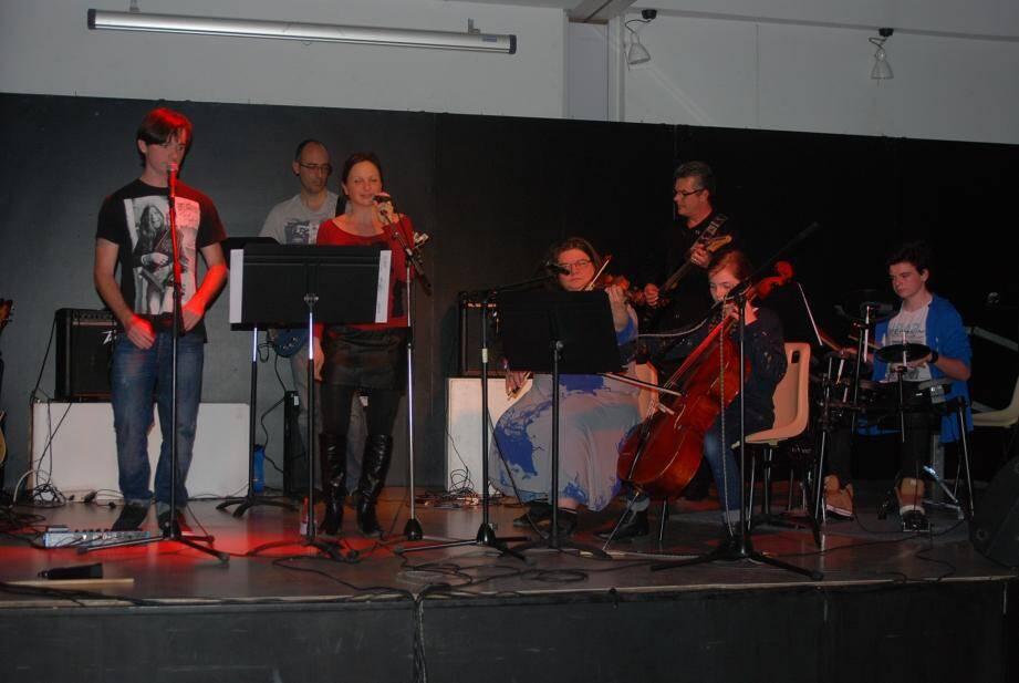 Les musiciens et chanteurs au cours d'une soirée qui a démontré, si besoin était, le talent du groupe.