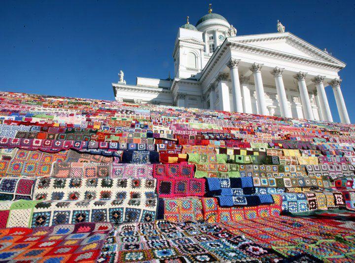 Le parvis de la cathédrale d'Helsinki « habillé » par les tricoteurs urbains a inspiré l'atelier hyérois.