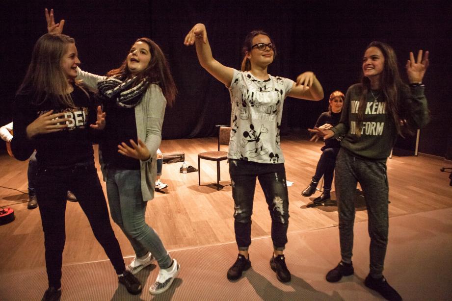 Les collégiens découvrent la culture hispanique à travers le flamenco.