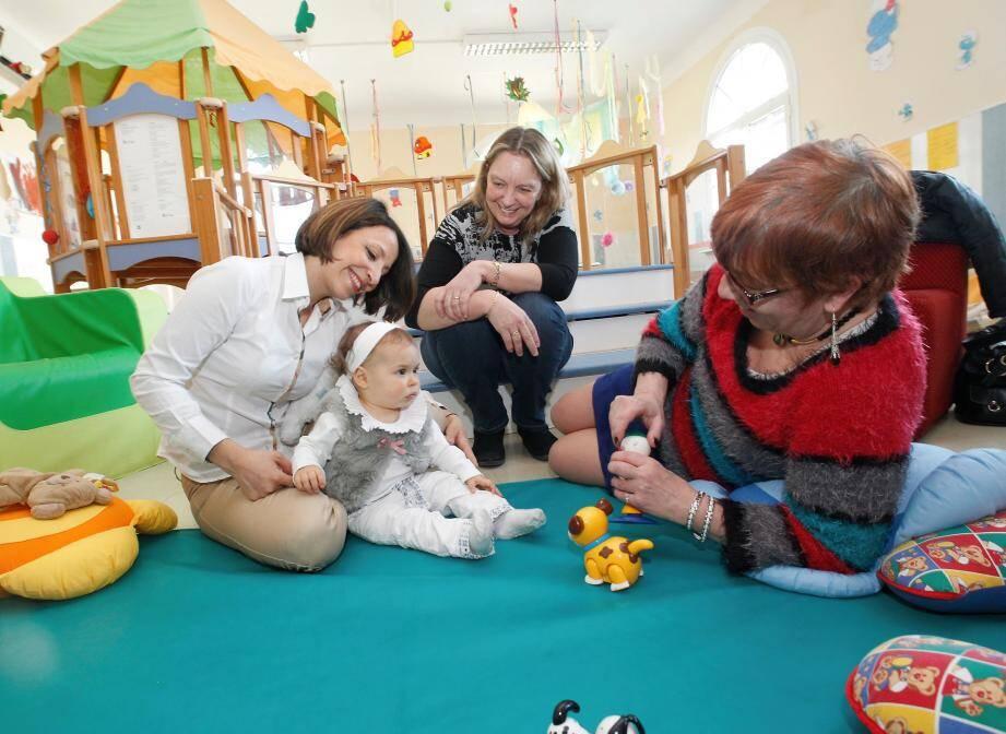 Parents et professionnels disposent d'un lieu où échanger leurs expériences. Une manière de mieux vivre le moment où bébé va commencer à aller à la crèche.