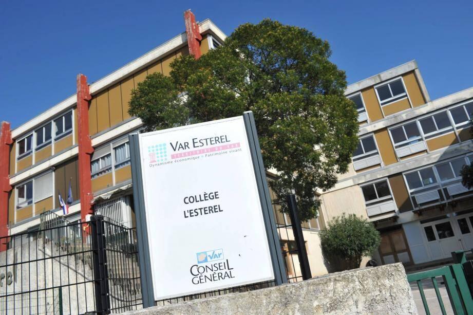 Le conseil général a débloqué vingt millions d'euros pour la démolition et la reconstruction du collège de l'Estérel. Les élèves feront la rentrée prochaine dans un collège provisoire pendant les travaux.