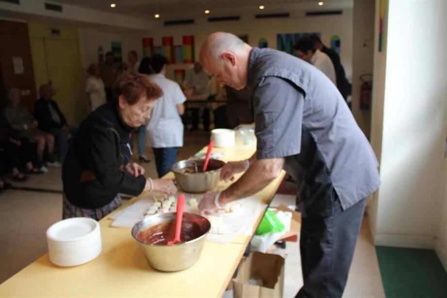 Les résidents de la maison de retraite intégrée à l'hôpital de Cimiez ont bénéficié hier d'ateliers autour du chocolat.