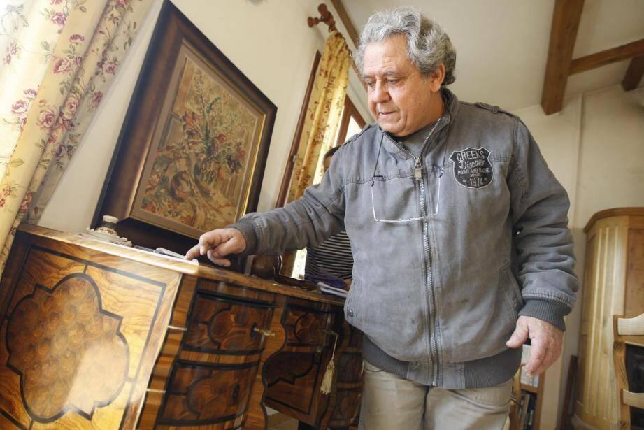 L'artisan est à l'œuvre tous les jours de l'année, entouré des machines qu'il a conçues et des pièces en attente d'un passage dans ses mains expertes.